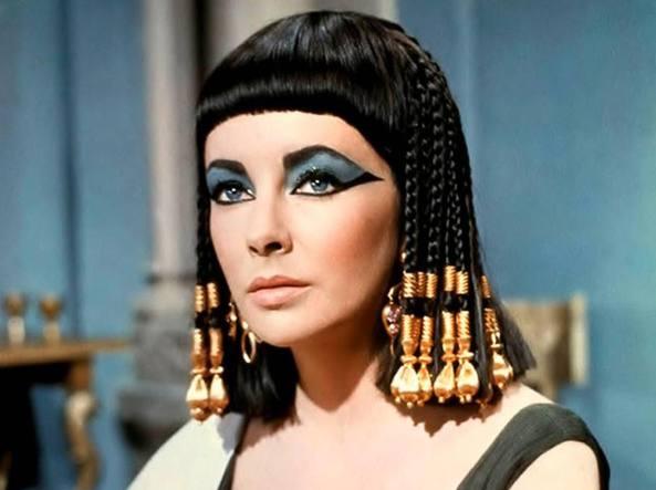 """Storia dei capelli: tra miti antichi, status sociale e salute - Elizabeth Taylor nel film """"Cleopatra"""" del 1963"""